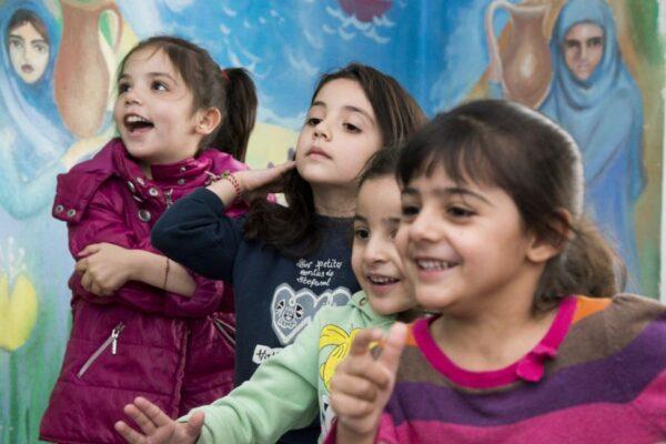 """""""Каритас"""" осигурява допълнителни уроци за деца бежанци, записани в училище"""