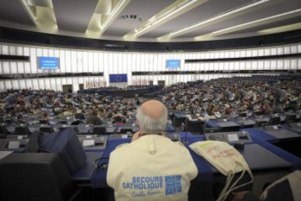 crédit: Élodie Perriot/Secours Catholique Dans l'hémicycle du Parlement européen - JPEG - 325.9 ko