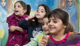 """تنظم منظمة """"كاريتاس"""" دروساً إضافية للأطفال اللاجئين الين تم تسجيلهم في المدارس"""