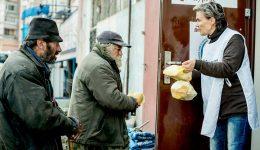 Стопли бездомен човек