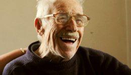 Мъдростта, натрупана от дългите години живот, е съхранила човечността и доброто у него