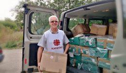 """""""Каритас Русе"""" дари дрехи на възрастни хора и социално слаби семейства от община Иваново"""
